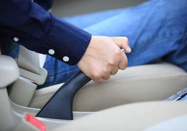 O que significa o aviso de freio de mão?